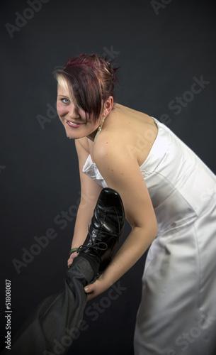 Resolute Braut zerrt Bräutigam am Fuß vor den Altar