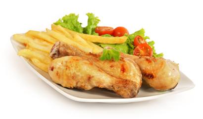 Pollo con patatas y ensalada.