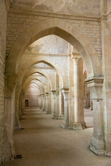 Arches et voûte de l'abbaye de Fontenay