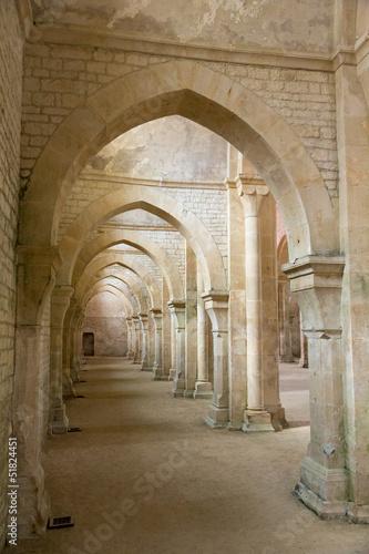 Arches et voûte de l'abbaye de Fontenay|51824451
