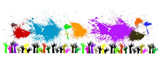 gruppo di mani alzate con macchie di colori