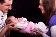 Vater und Mutter halten Baby