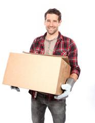 Mann trägt ein Paket