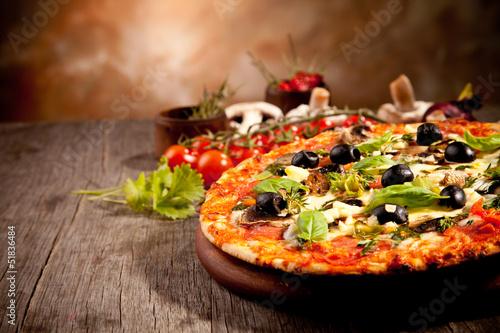Wyśmienicie świeża pizza słuzyć na drewnianym stole