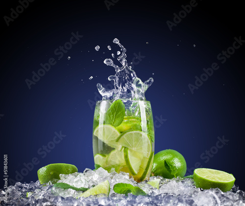 Poster Opspattend water Mojito drink with splash