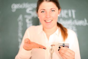 junge Frau mit Schlüssel