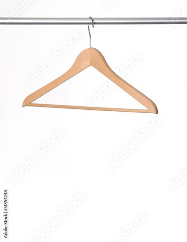 Gancho de ropa colgado en un tubo. - 51854248
