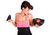 Frau mit zerbrochener Schallplatte in der Hand
