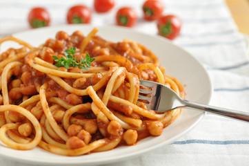 Pasta mit Tomaten und Kichererbsen