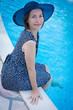 pose au bord de la piscine