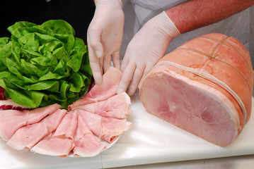 carnicero  una porción de jamón cocido Italiano.