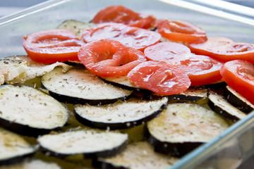 Préparation d'un tian tomates courgettes
