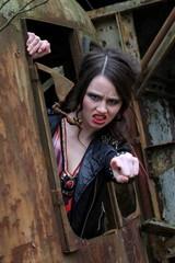 Wütende junge Frau  im Fenster eines alten Baggers.