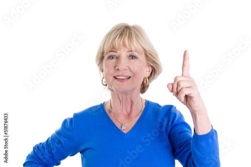 Älter Frau isoliert in Blau - Zeigefinger