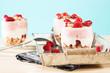 desserts mit himbeeren auf holz