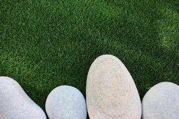 Cesped artificial y piedras