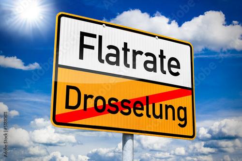 Orteingangsschild mit Flatrate und Drosselung