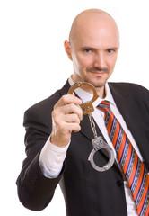 Mann zeigt Handschellen
