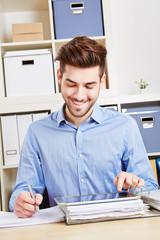 Mann im Büro nutzt Tablet Computer