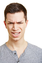 Wütender Teenager schaut zornig