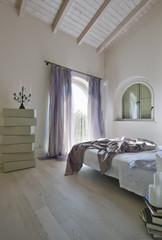 camera da letto moderna in mansarda