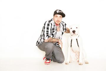 tätowierter Mann mit Hund