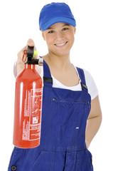 Junge freundliche Handwerkerin mit Feuerlöscher