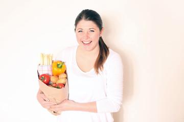 junge Frau mit Einkaufstüte