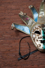 maschera veneziana su sfondo marrone