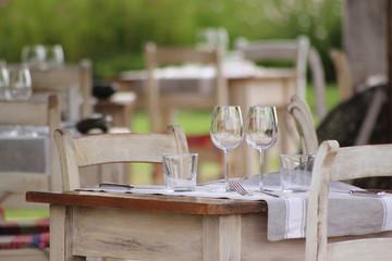 Table de restaurant pour deux sur terrasse