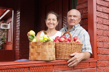 Senior man and woman with apples