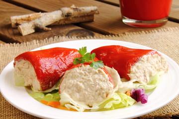 Pimientos del piquillo con ensalada
