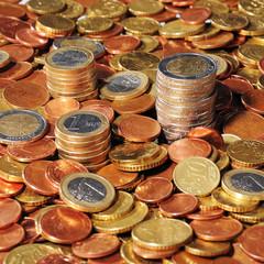 Euromünzen gestapelt in einer Fläche aus Euromünzen
