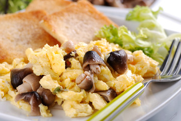 uova strapazzate con funghi di muschio