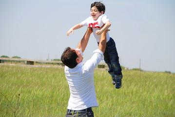 padre figlio volare braccia