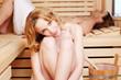 entspanntes paar genießt die sauna