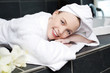 frau entspannt im wellnessbereich