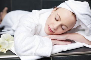 frau entspannt im spa-bereich