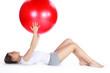 Junge Frau beim Sport am Boden liegend mit Ball