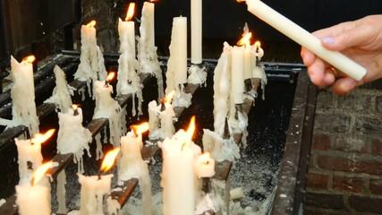 Hand entzündet Kerze