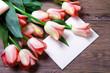 tulipani arancio con lettera