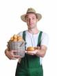 Freundlicher Gärtner zeigt seine Kartoffel