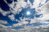 Sommerlicher Himmel mit Sonne und Wolken