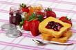 Marmellata ,fette biscottate e fragole