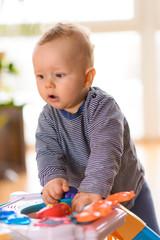 stehendes Baby lernt laufen