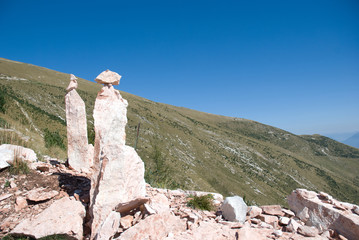Sentiero in montagna con rocce
