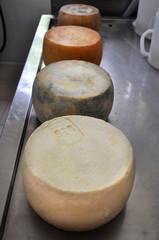 Forme di formaggio, quattro diverse stagionature nel tempo