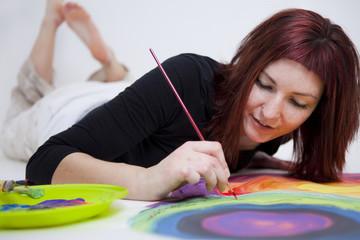 Künstlerin malt filigran mit Pinsel