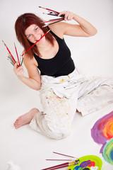 junge Künstlerin hat Spaß beim Malen