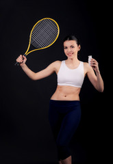 девушка с ракеткой рекламирует здоровый образ жизни и питания